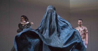 Il burqa strappato