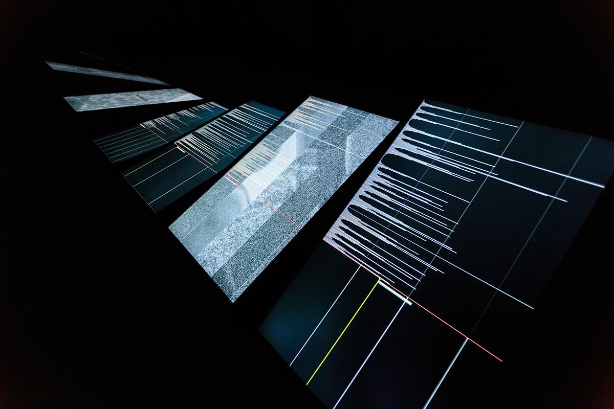 Ryoichi Kurokawa, ad/ab Atom, 2017 Installazione audiovisiva (7 display, audio 4 canali), 8 minuti © L'artista. Courtesy di GNRation. Foto: Hugo Sousa