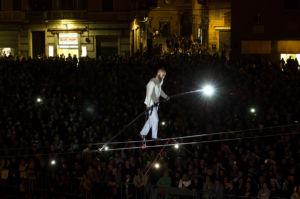 2017, Andrea Loreni - funambolo in Piazza Grande a Modena. Fotografia di Chiara Ferrin